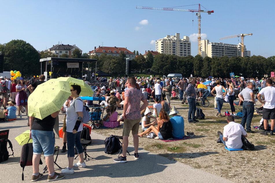 Zahlreiche Menschen haben sich zu einer Kundgebung gegen die staatlichen Corona-Maßnahmen auf der Theresienwiese eingefunden.