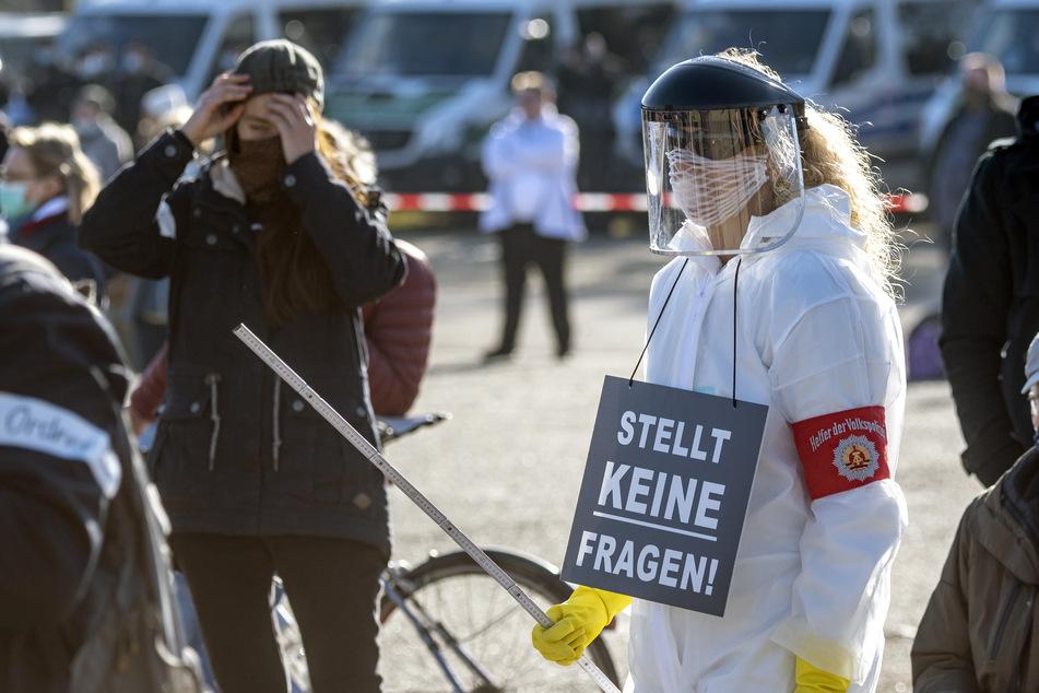 """""""Querdenken""""-Demonstration in Regensburg: Rund 800 Menschen sind auf der Straße"""