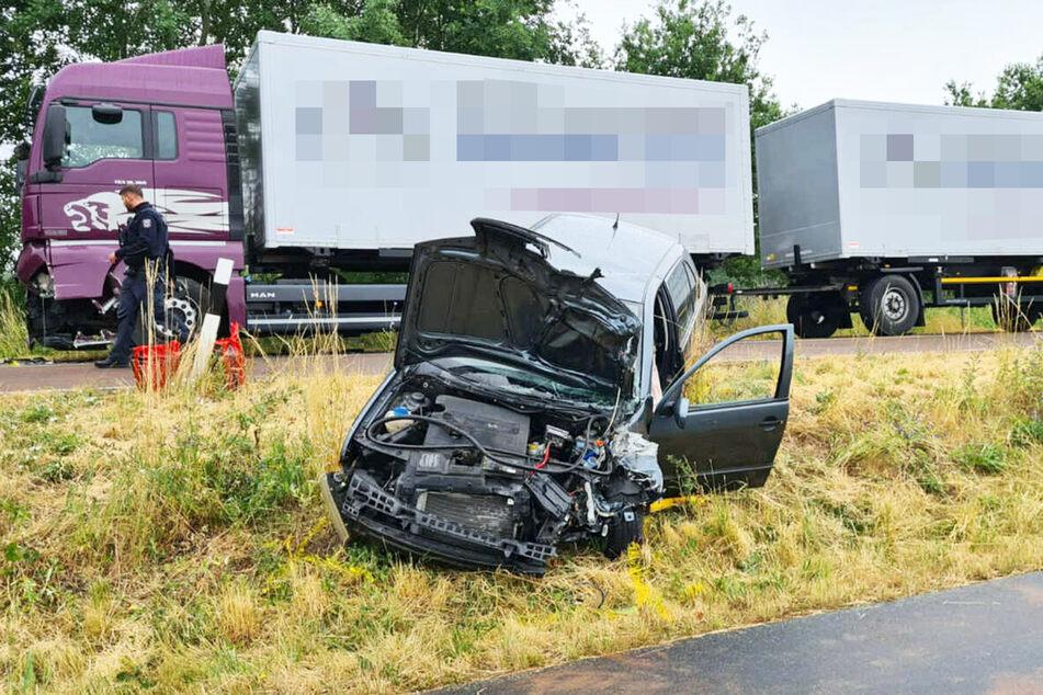 Bei dem Zusammenstoß schleuderte der Kleinwagen in den Seitenraum.