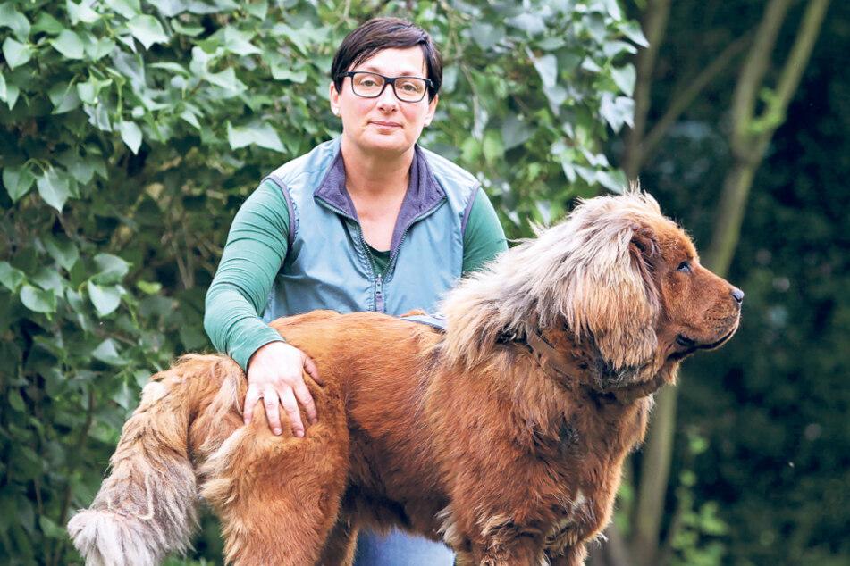 "Tierpflegerin Peggy Haupt (47) mit Tibetdogge ""Hummel""."
