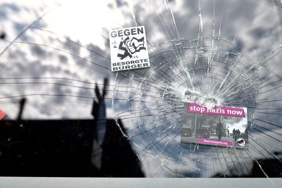 Mit Aufklebern an den beschädigten Fenstern machten die Angreifer auf ihre politische Motivation aufmerksam.