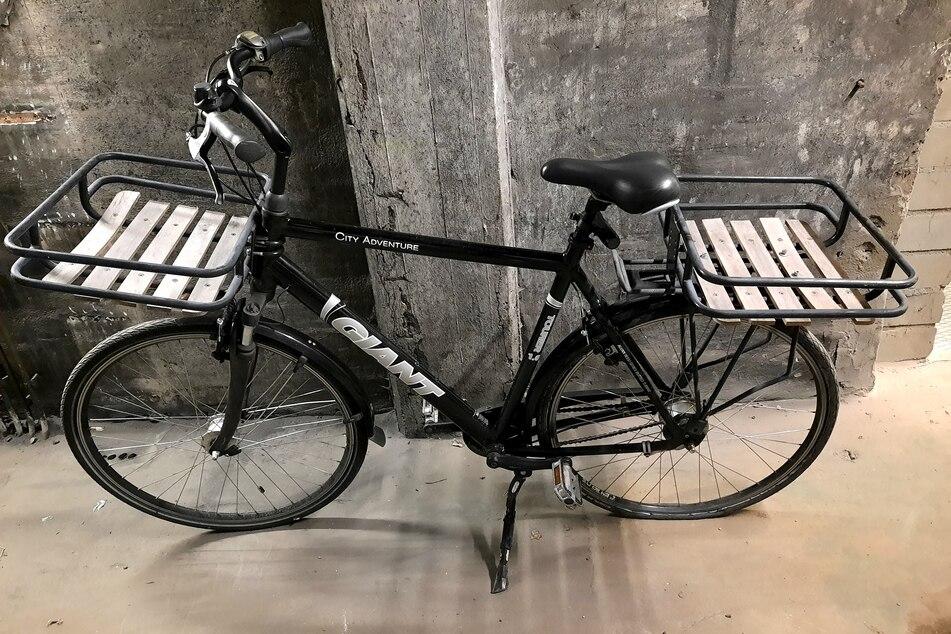Dieses schwarze Herrenrad der Marke Giant City Adventure, Tourer 1.0 sucht seinen rechtmäßigen Besitzer.