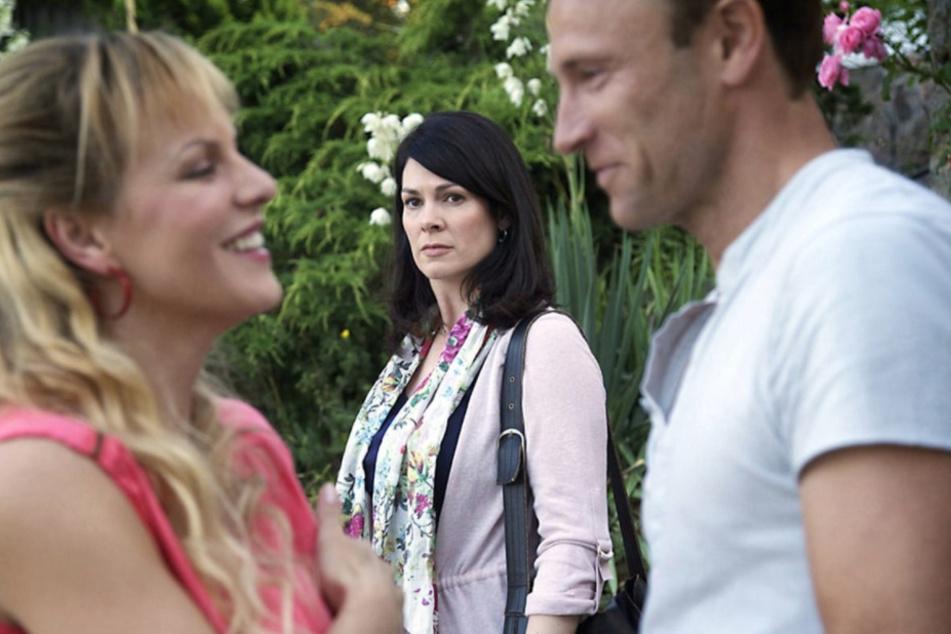 Ungewohntes Bild für Elena. Ihr Ex-Freund flirtet mit einer anderen Frau.
