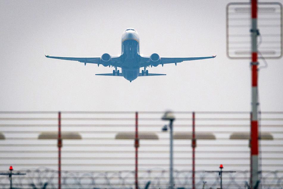 Ein Flugzeug startet einen Tag nach der Eröffnung vom neuen Flughafen Berlin Brandenburg Willy Brandt in Richtung Malaga.
