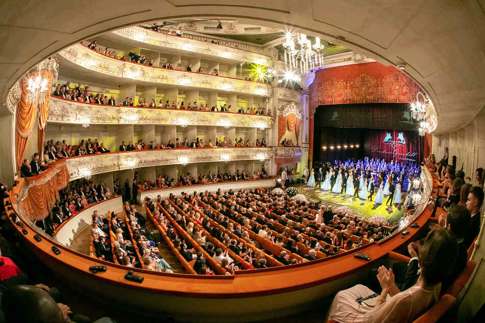 Hier geht der Tanz los: Der Theatersaal im Katharinenpalast von St. Petersburg.