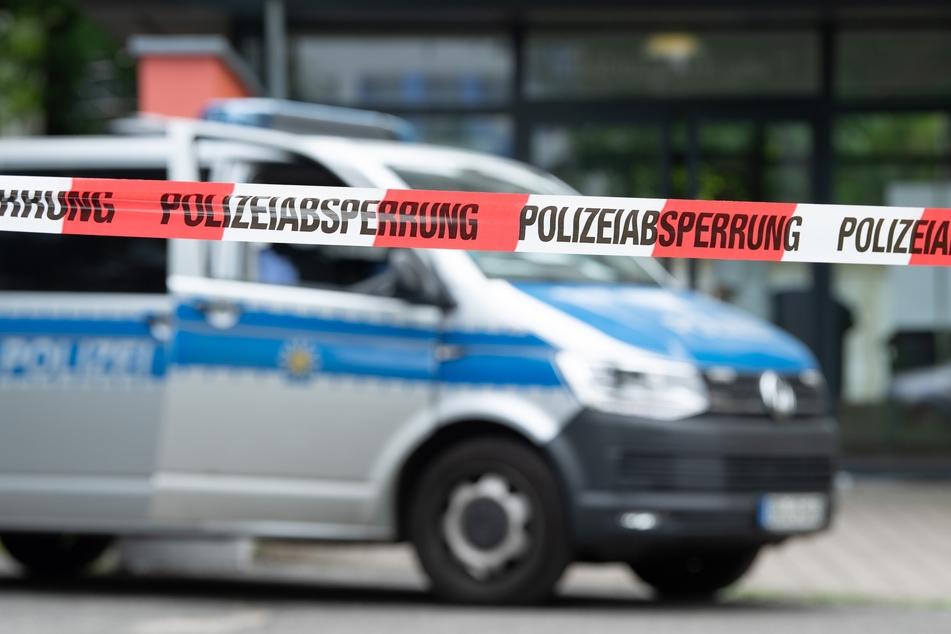 Ein Polizeiauto steht an einem Tatort. Die Beamten fahnden mit Hochdruck nach dem Täter. (Symbolbild)