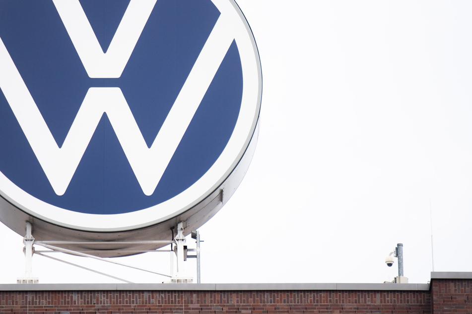 DaS VW-Logo auf dem Dach des Markenhochhauses im Volkswagen Werk.