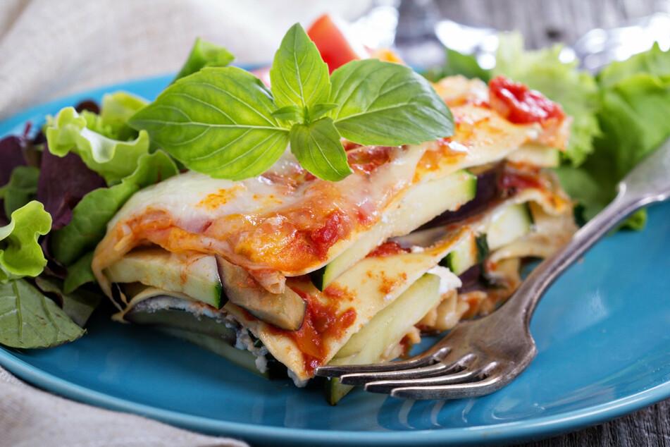 Zucchini schmeckt bei Lasagne nicht nur als Belag. Die Nudelteigplatten lassen sich prima durch Zucchinischeiben ersetzten.
