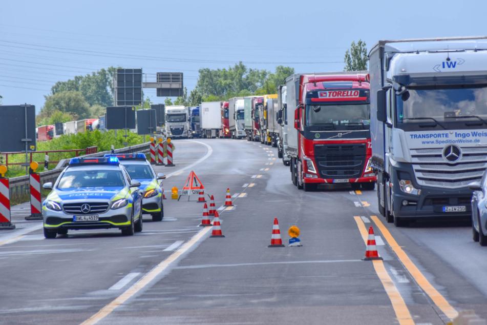 Die Polizei regelt an der Unfallstelle den Verkehr.