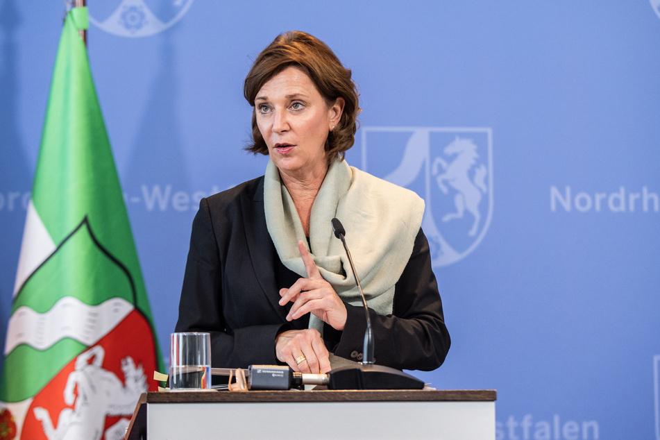 NRW-Schulministerin Yvonne Gebauer bei einer Pressekonferenz.