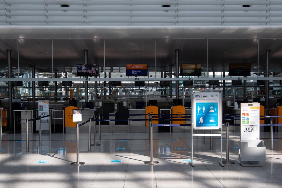 Ein Check-In Schalter der Lufthansa am Flufghafen München. Inzwischen zeigt sich hier wieder ein leichter Anstieg der Flugtätigkeit. So wurden seit Beginn der Osterferien wieder mehr Ziele aus München angeflogen.