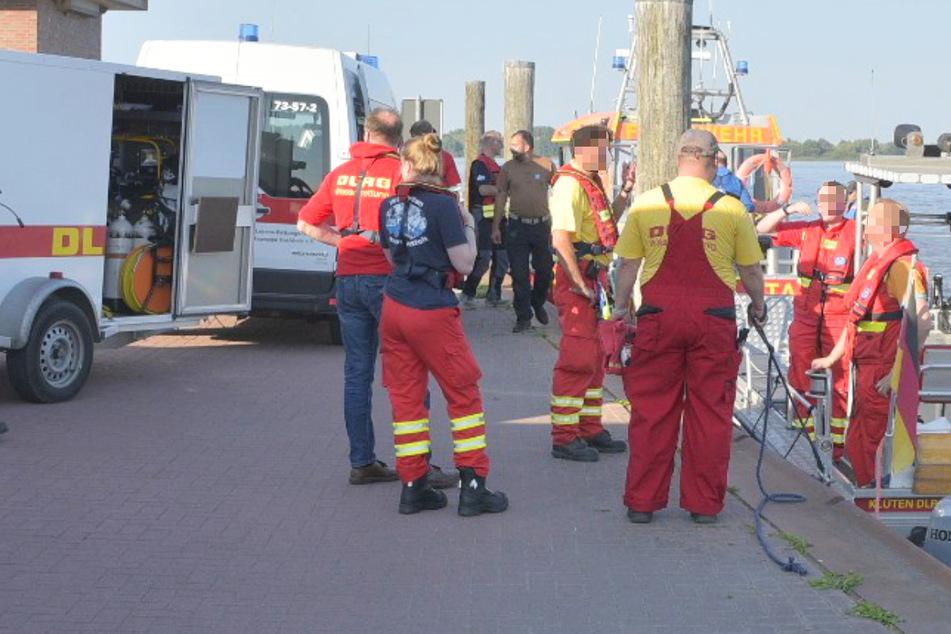 Einsatzkräfte der DLRG am Anleger Stadersand. Aktuell wird nach einem Mann gesucht, der in die Elbe stürzte.