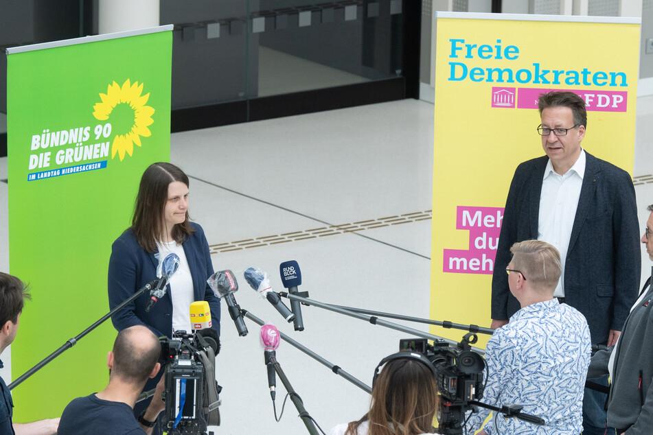 Julia Willie Hamburg (Bündnis 90/Die Grünen) und Stefan Birkner (FDP), Fraktionsvorsitzenden ihrer Parteien, stehen im niedersächsischen Landtag.