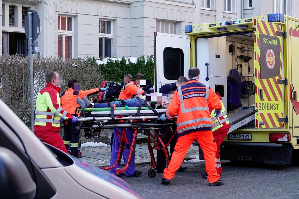 Die Frau wurde schwer verletzt in den Rettungswagen geschoben. Sie musste zur Not-OP ins Krankenhaus.