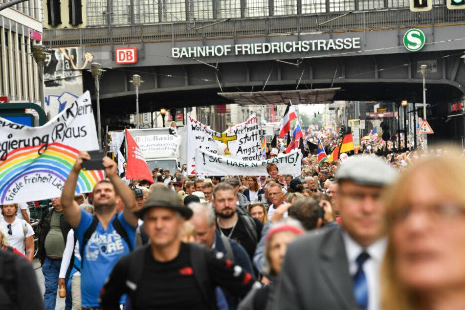 Teilnehmer sammeln sich in der Friedrichstraße zu einer Demonstration gegen die Corona-Maßnahmen.