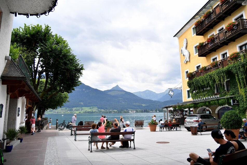 Der Schiffsanlegeplatz in St. Wolfgang am Wolfgangsee mit lediglich wenigen Besuchern.