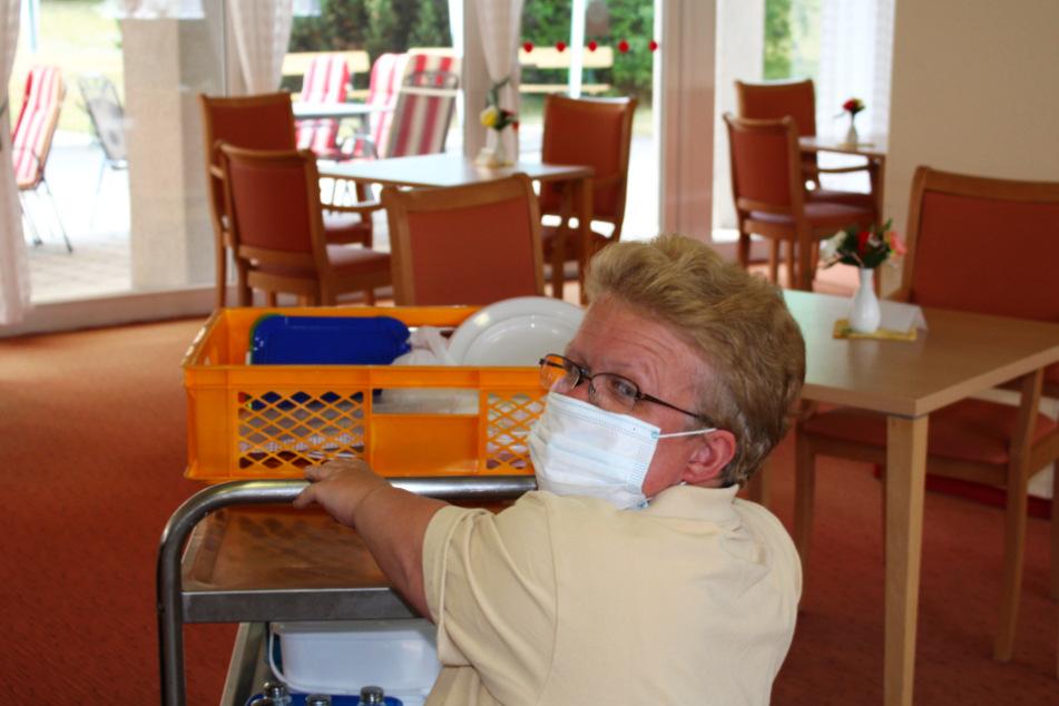 Klein, aber oho. Yvonne (r.) packt im Pflegeheim kräftig mit an.