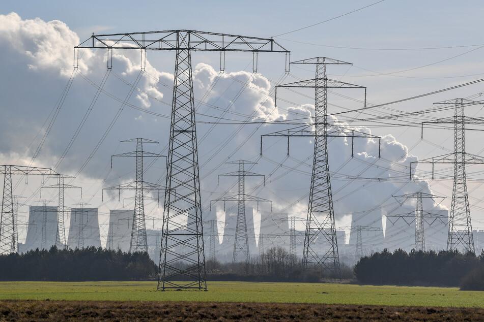 Hochspannungsleitungen führen zum Braunkohlekraftwerk Jänschwalde der Lausitz Energie Bergbau AG (LEAG).