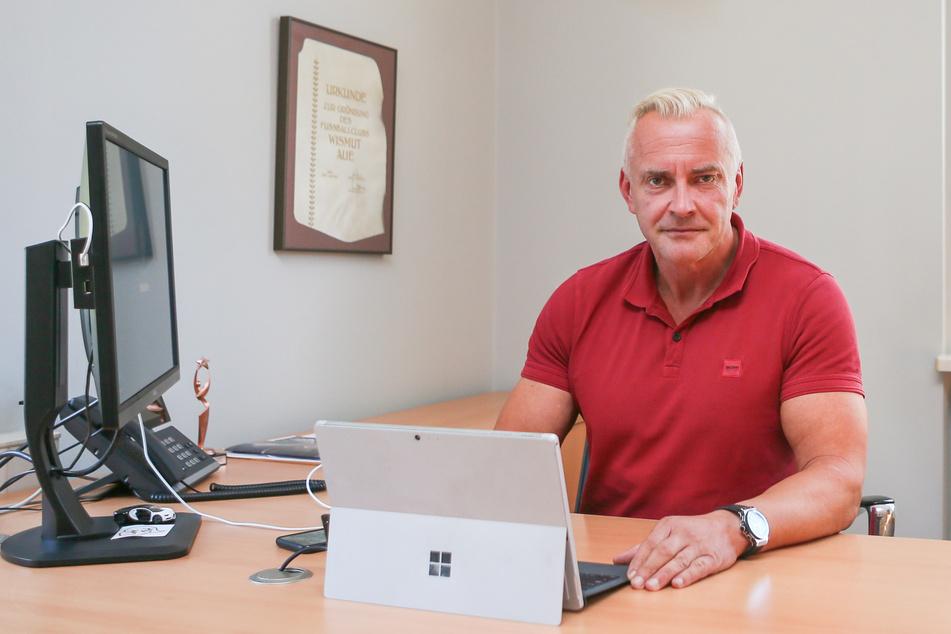 Aues Geschäftsführer Michael Voigt arbeitet an seinem Schreibtisch an möglichen Lösungen, die Corona-Krise mit dem Verein zu stemmen.