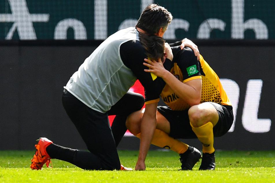 In den Armen von Athletiktrainer Matthias Grahe (52, l.) ließ Tim Knipping (28) nach dem so wichtigen Sieg gegen Viktoria Köln seinen Emotionen freien Lauf, heulte hemmungslos.