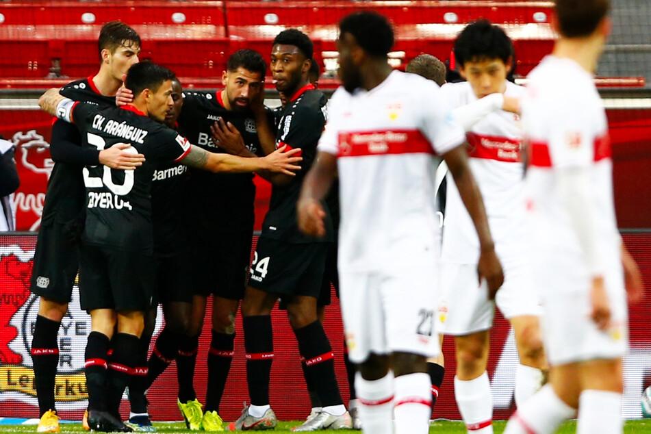 B04-Profis bilden eine Jubel-Traube nach dem 1:0, während sich die Stuttgarter Stars nach dem Rückschlag sammeln müssen.