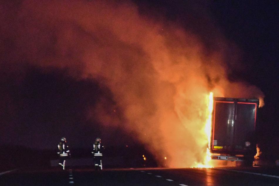 Gefahrgut-Lastwagen geht auf A2 in Flammen auf: Folgeunfall kostet Mann das Leben