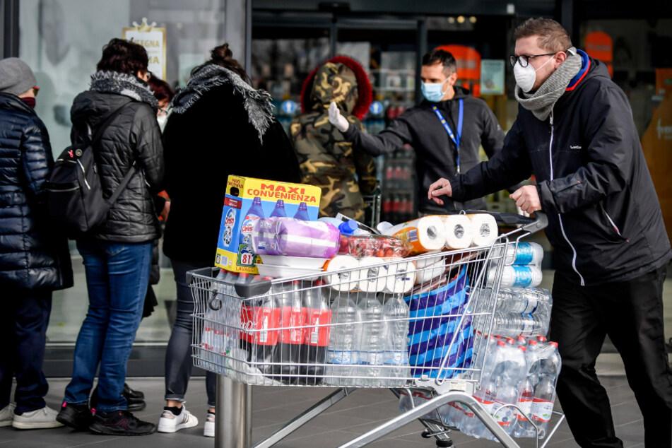 Momentan kommt es, wie hier in Italien, aus Angst vor dem Coronavirus weltweit zu sogenannten Hamsterkäufen.