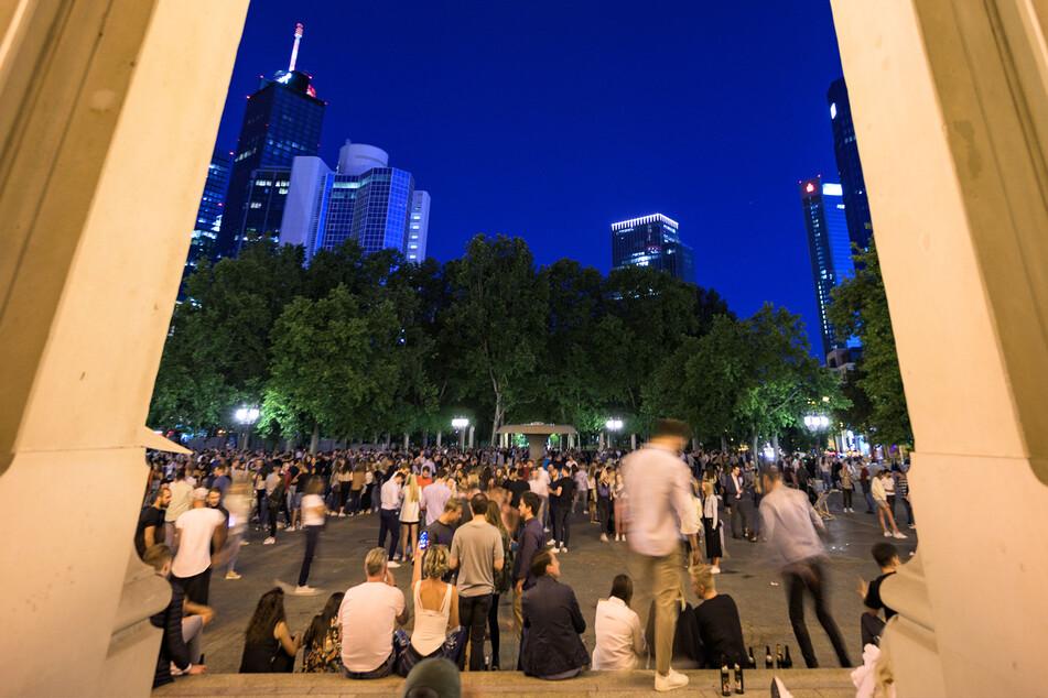 Menschen stehen dicht gedrängt auf dem Frankfurter Opernplatz.