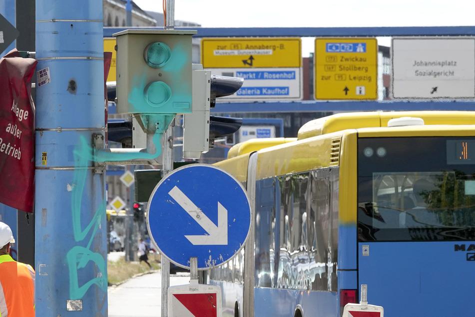 Auch der Rotlicht-Blitzer an der Kreuzung Bahnhofstraße/ Brückenstraße wurde mit türkis-blauer Farbe besprüht.