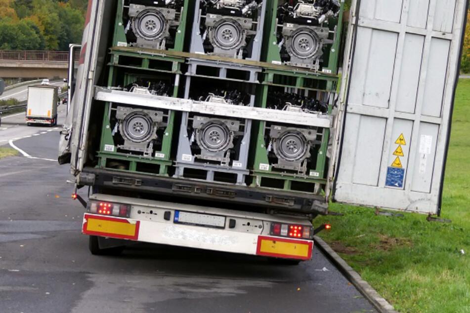 Das Bild zeigt deutlich die extreme Schräglage, mit welcher der Lastwagen auf der A4 unterwegs gewesen war.