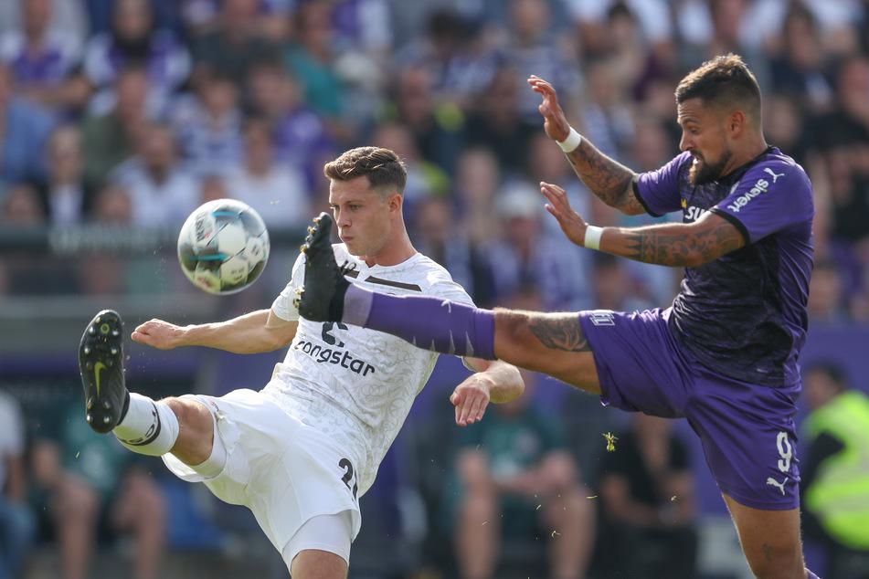 Osnabrücks Marcos Alvarez (29, r.) geht im Kampf um den Ball mit dem gestreckten Bein auf James Lawrence (28, l.) von St. Pauli zu.