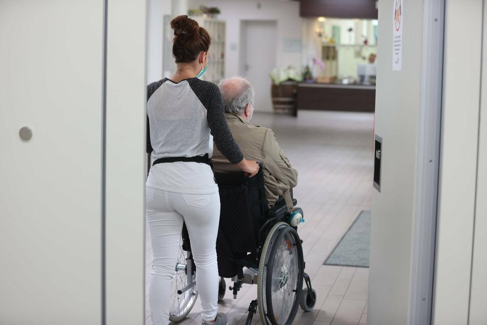 Viele Altenheim-Bewohner sind aktuell isoliert, können wegen Corona kaum Besuch empfangen (Symbolbild).