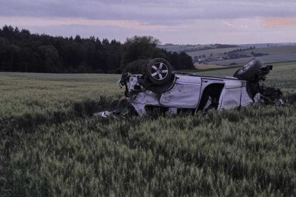 Nach den Reifenplatzern wurde der VW Touareg in ein Feld geschleudert, überschlug sich mehrmals und krachte letztendlich gegen einen Baum.