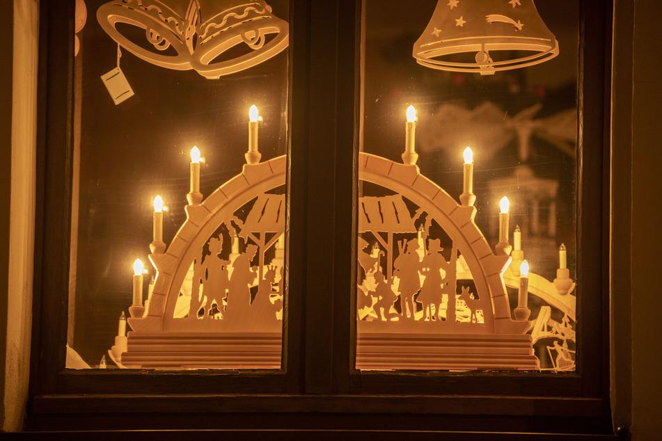 Im Erzgebirge leuchten die Schwibbögen wieder in den Fenstern. Diese Aktion soll Hoffnung und Zuversicht in die Welt senden.
