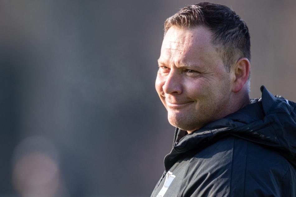 Trainer Pal Dardai (44) leitet die Spieler von Hertha BSC an bei seinem ersten offiziellen Training.