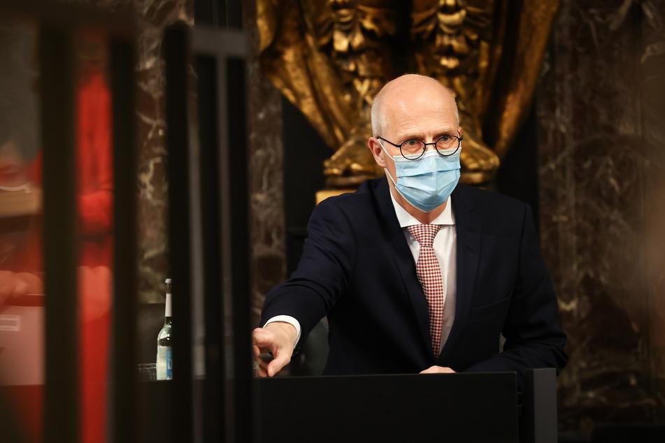 Peter Tschentscher (SPD), Erster Bürgermeister in Hamburg, kommt zu einer Sitzung der Hamburgischen Bürgerschaft im Großen Festsaal im Rathaus.