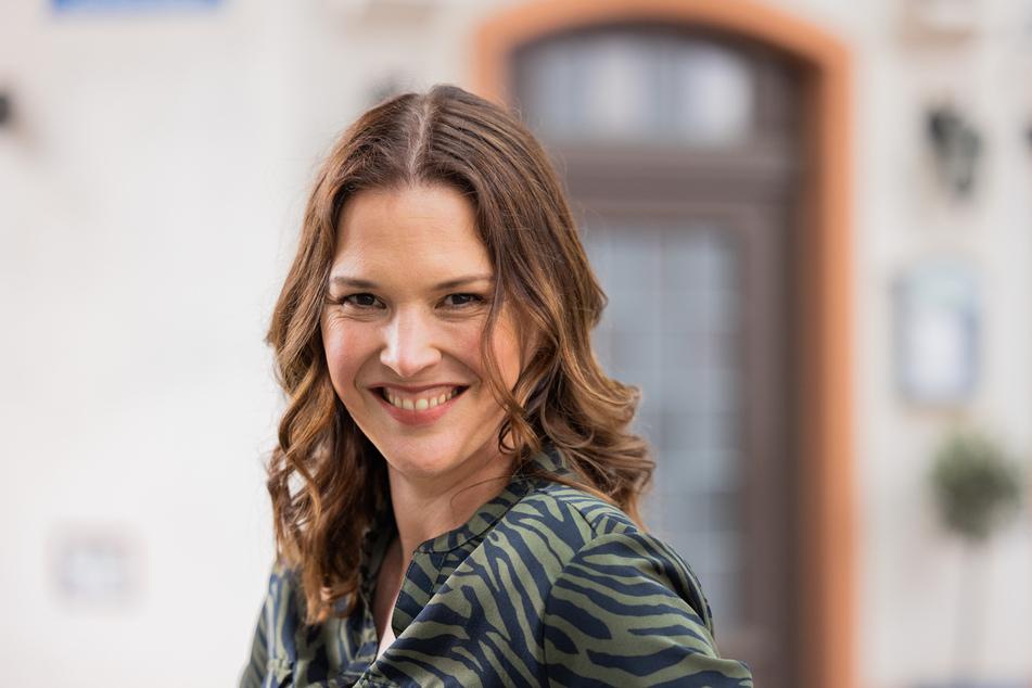 """Die Kölner Schauspielerin Tatiani Katrantzi (47) schlüpft für die 6666. Folge """"Unter uns"""" erneut in ihre Rolle als Jenny Turner."""