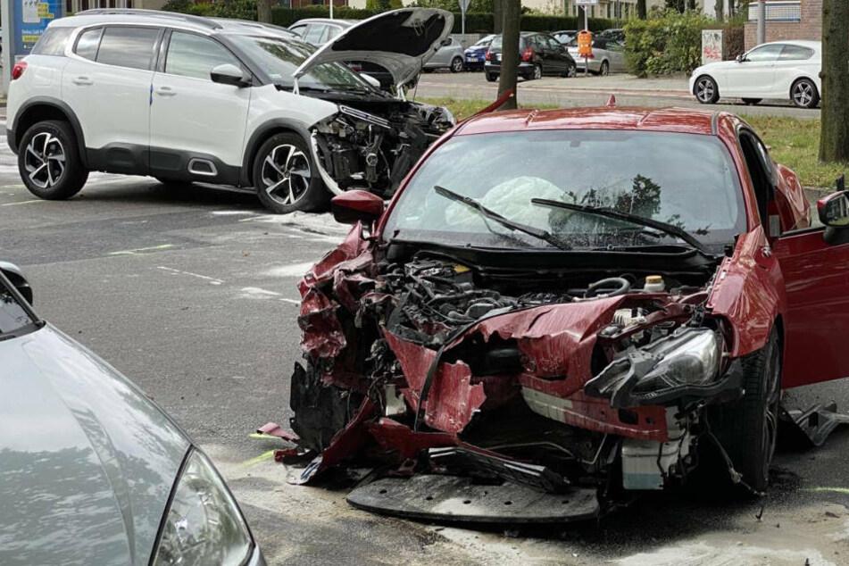 Raser kracht in SUV: Zwei Verletzte bei schwerem Verkehrsunfall
