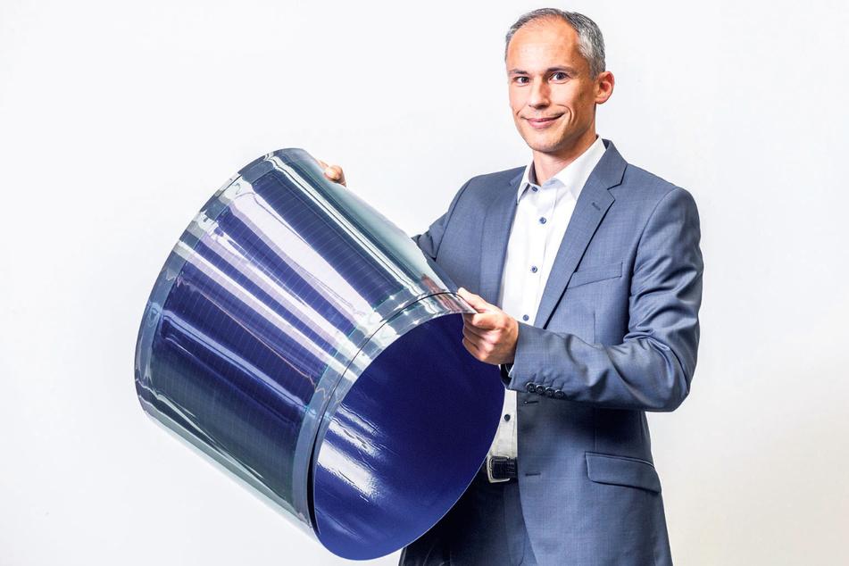 Technikchef Michael Eberspächer (47) mit einer Heliatek-Folie.
