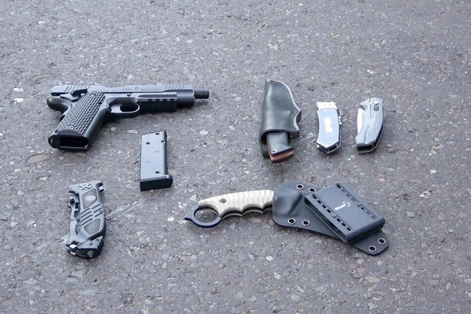 Die Polizei stellte mehrere Messer und eine Softair-Pistole sicher.