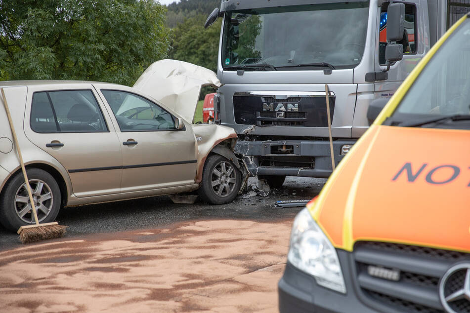 Auf der B95 bei Schönfeld sind am Donnerstag ein VW und ein LKW zusammengestoßen.