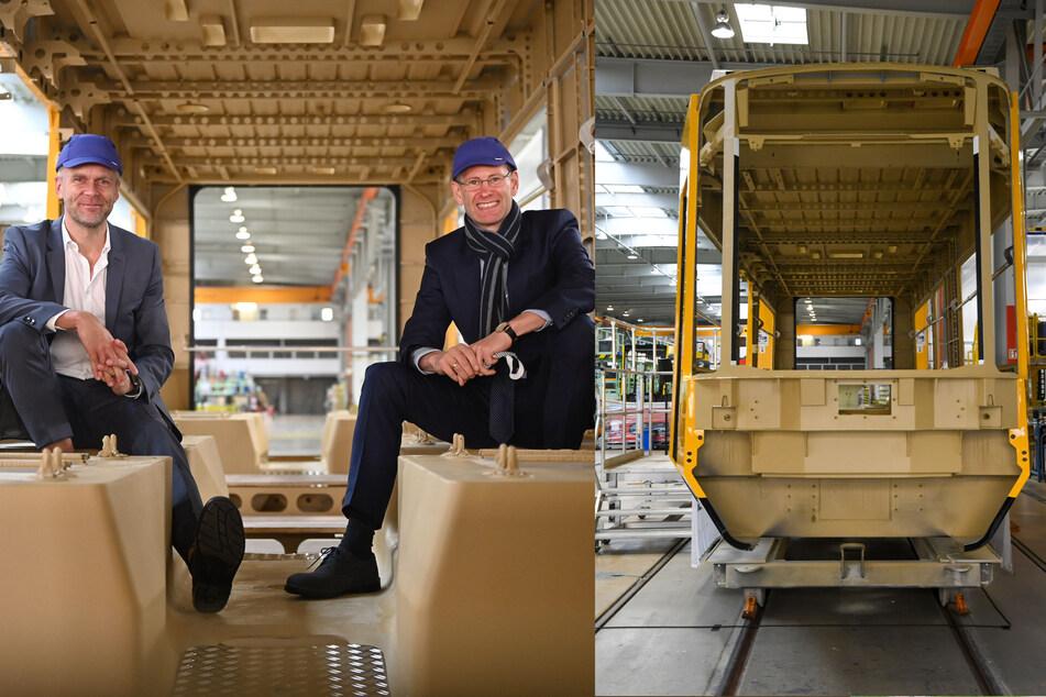 Die DVB-Chefs Lars Seiffert (52, l.) und Andreas Hemmersbach (52) beim Probesitzen. Im Görlitzer Bombardier-Werk werden die neuen DVB-Bahnen montiert.