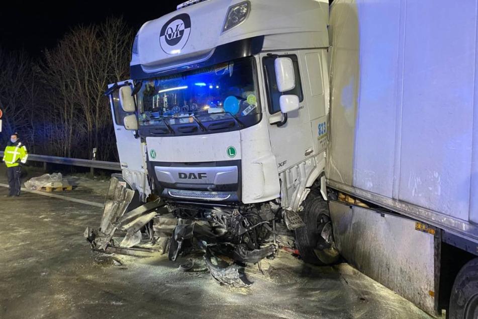 A5 in Richtung Karlsruhe komplett gesperrt: Lastwagen kracht in Mittelleitplanke