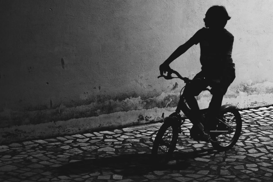 Mädchen auf Kinderfahrrad von mehreren Radlern angefahren