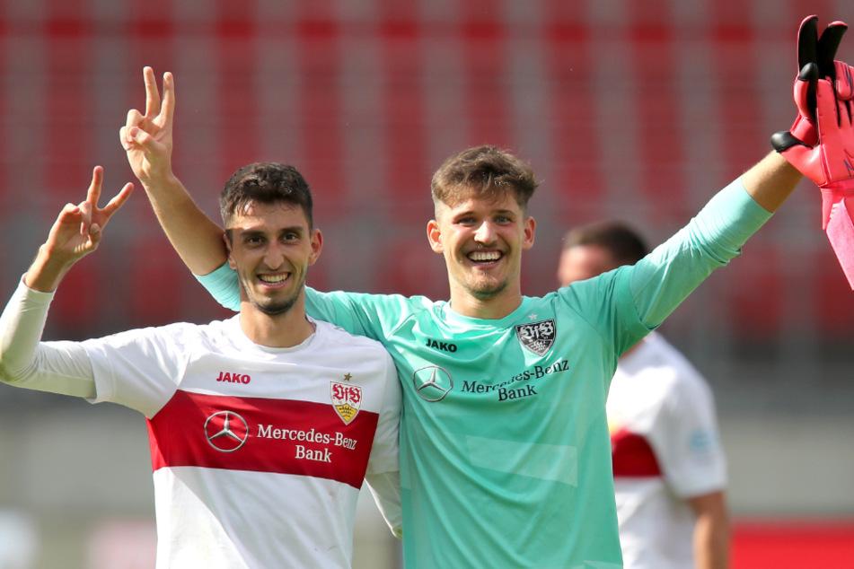 Die VfB-Profis Atakan Karazor (23, links) und Gregor Kobel (22) stehen jubelnd nach dem Abpfiff auf dem Platz.