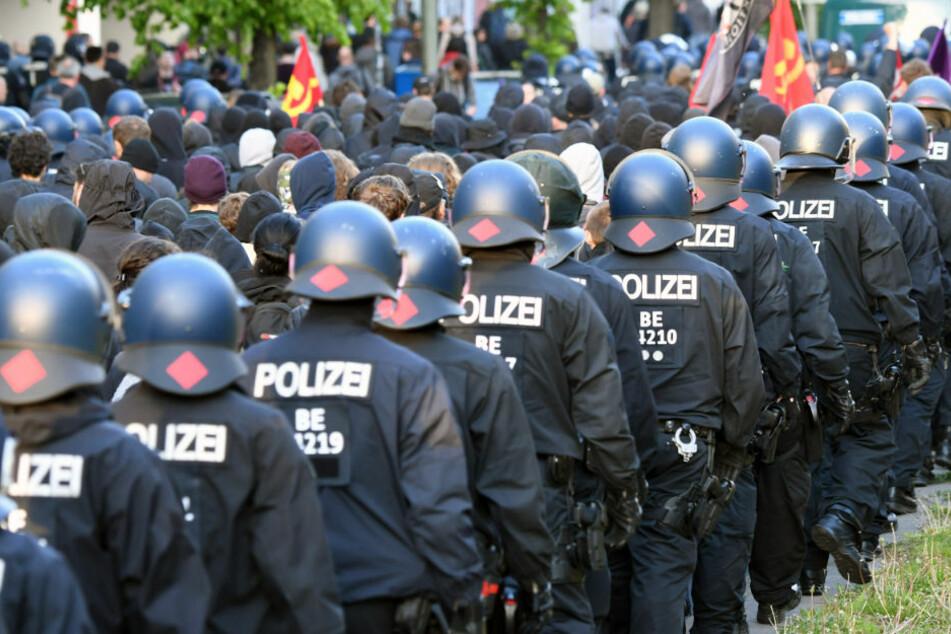 Mehrere Zehntausend Menschen demonstrieren vor Siegessäule