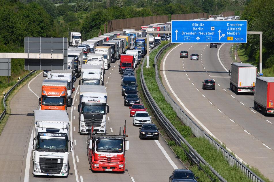 Von 2.15 bis 5 Uhr ging am Sonntagmorgen nicht viel auf der A4 kurz vor Dresden: Ein Boot musste von der Autobahn abgeschleppt werden. (Symbolbild)