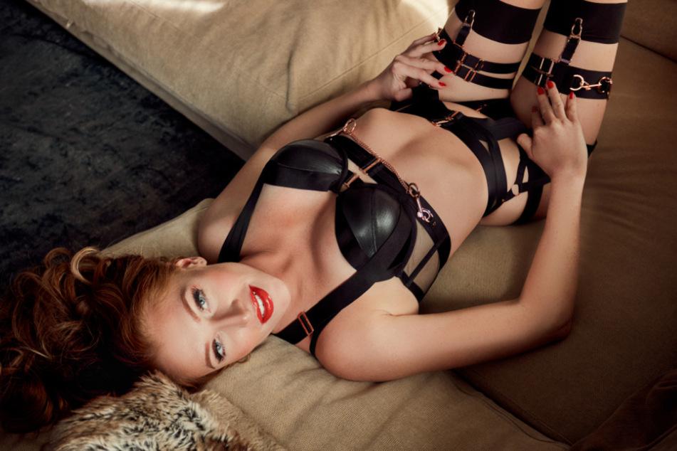 Stilecht mit Lack und Leder: Reality-TV-Teilnehmerin Georgina Fleur (30) räkelt sich in Dessous auf einer Couch. Seit Juni 2020 ist sie auf OnlyFans aktiv.