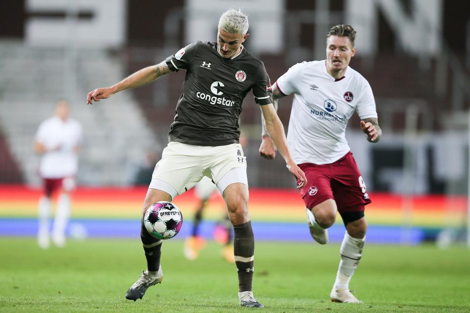 Szene aus dem Hinspiel: FC St. Paulis Abwehrspieler Philipp Ziereis (l.) behauptet den Ball gegen Nürnbergs Manuel Schäffler.