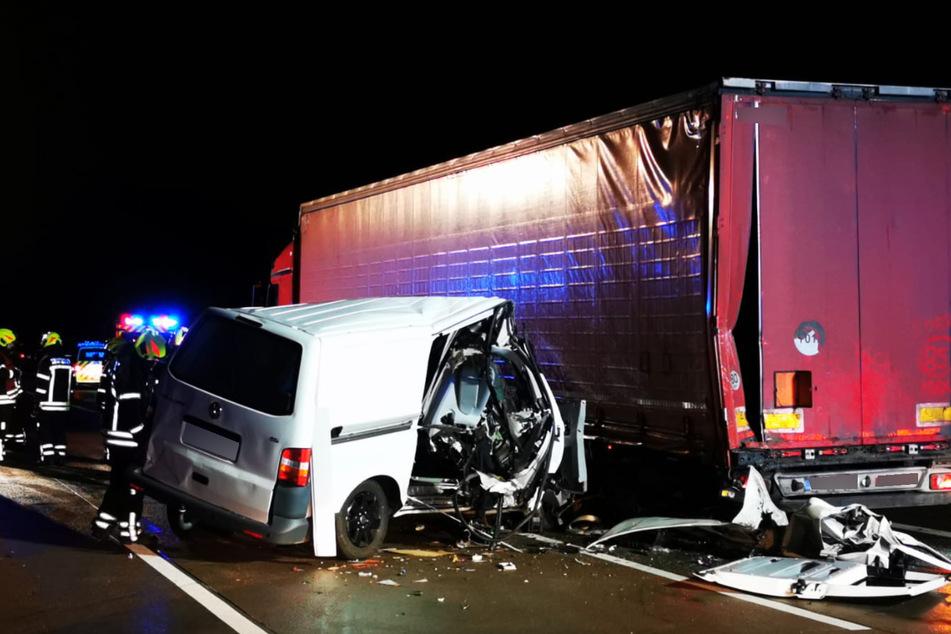 Der Transporter raste seitlich gegen einen Lkw.